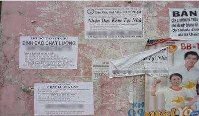 Nhan nhản các tờ rơi, quảng cáo ở trên tường, cột điện