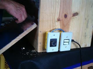 chaves de liga e desliga e a chave do controlador de potência instalados na estufa de madeira