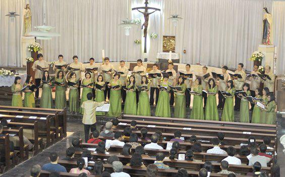 Hasil gambar untuk gambar orang menyanyi di gereja
