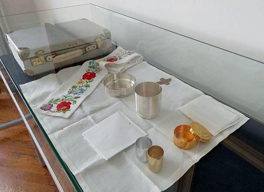 Karol Wojtyła turysta - ekspozycja jego turystycznych sprzętów.