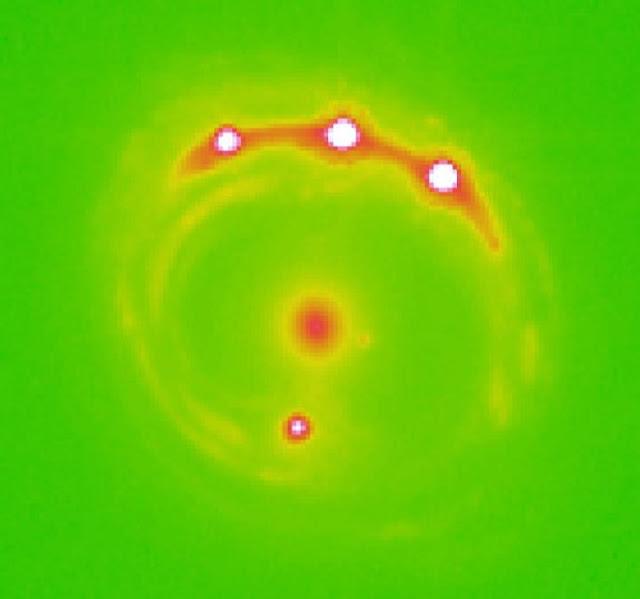Imagem da galáxia RX J1131-1231 e seu efeito de lente gravitacional