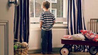 ребенок смотрит в окно