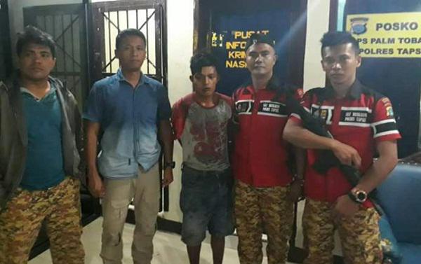 Tersangka pelaku perampokan sepedamotor di Tapsel yang diringkus polisi (tengah).