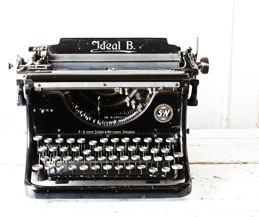Blog + Fotografie by it's me! - fim.works - Ideal B Schreibmaschine, Shabby Tisch, abgestoßener Türrahmen