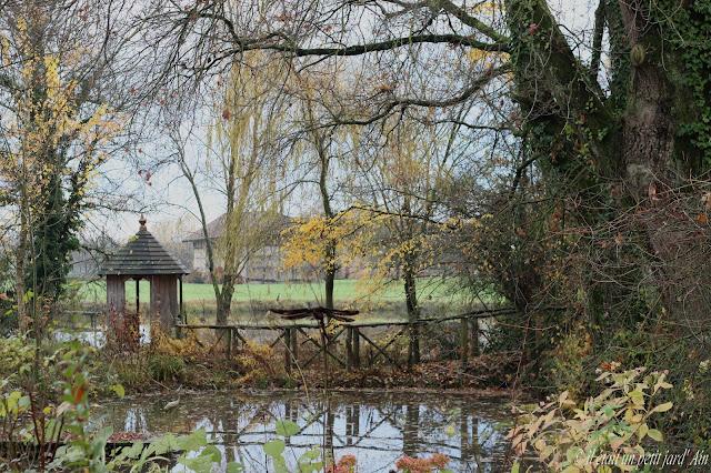 petite mare du jardin et son kiosque en bois