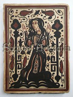 Precioso socarrat de inspiración gótico-mudéjar, que nos muestra a una dama de larga falda flanqueada por las llaves del Paraíso. Soc-Art. Camateu