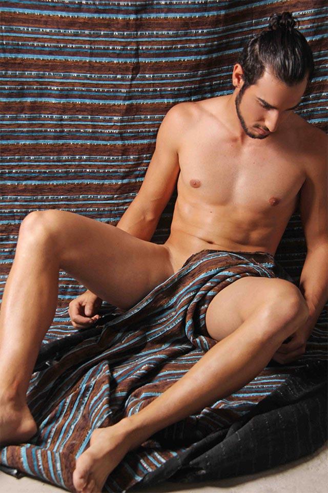 Ex-camelô Peterson Bonatti tira a roupa para ensaio sensual. Foto: Jorge Beirigo