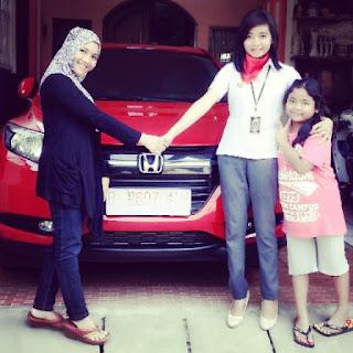 Zetha adalah sales mobil honda tambun, sedang serah terima mobil honda kepada konsumen, pembeli mobil honda HR-V