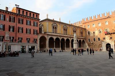 Plaza de los Señores con la escultura de Dante Alighieri