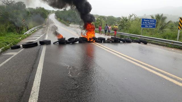 bloqueio com pneus pegando fogo na BR 104 em Panelas-PE