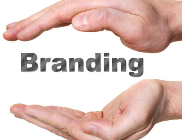 """Sejumlah bidang memandang brand atau branding dari sudut pandang masing-masing. Baik itu dari segi bisnis dan keuangan, marketing, advertising, sales, public relation, promotion, komunikasi, statistik, antropologi, sosiologi, semiotika, desain grafis. Sejumlah bidang itu, membuat makna brand menjadi sangatlah luas.  Hal itu juga diungkapkan oleh Alina Wheeler dalam rustan (2009:16) yang menuliskan bahwa """"makna brand dapat berupa sesuai dengan konteksnya. Kadang brand sebagai kata benda, kada pula brand berarti kata kerja. Kadang menjadi sama dengan nama perusahaan, pengalaman perusahaan dan harapan konsumen,"""". Perlu diketahui, bahwa keberadaan setiap brand adalah unik dan memiliki perbedaan satu dengan yang lainnya. Hal itu dimaksudkan, bahwa brand bagi masyarakat umum menganggap brand berarti saama dengan logo, merek atau nama entitas.  Keseluruhan dari hal tersebut, dianggap bersifat fisik semata. Namun, arti brand tidak berhenti disitu saja, brand lebih merupakan rangkuman pengalaman dan juga asosiasi terhadap sebuah entitas, jadi jauh lebih dalam dari hanya sekedar fisik saja.  Pengertian Branding: Apa itu Branding?  Apakah itu Branding itu? Branding adalah bagian yang paling mendasar dari kegiatan pemasaran yang sangat penting untuk dimengerti atau dpahami secara keeluruhan.  Secara etimologi, pengertian Branding berawal dari kata Brand atau merek berasal dari yang artinya """"to burn"""". Menurut bangsa Viking yang memberikan tanda bakar pada hewan mereka sebagai bentuk kepemilikan hewan peliharaan. Sedangkan dalam sumber Universitas Sebelas Maret (UNS) bahwa kata Brand diturunkan dari bahasa Inggris yang berarti tongkat panas.  Dalam sumber tersebut, mengatakan bahwa Brand pertama kali diketahui di Mesir Kuno pada tahun 2700 SM, saat itu Brand dimaknai atau difungsikan untuk digunakan oleh orang-orang dalam menandai binatang peliharaan mereka."""