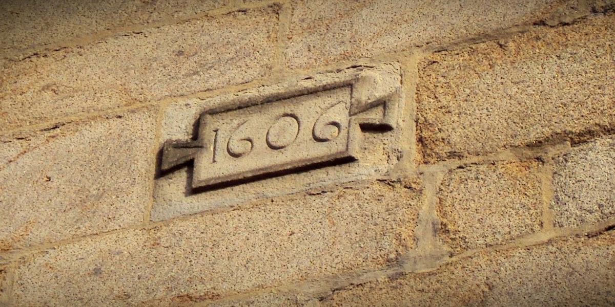 L'un des deux cartouches indiquant la date de « 1606 » sur le transept sud de l'église Saint-Germain
