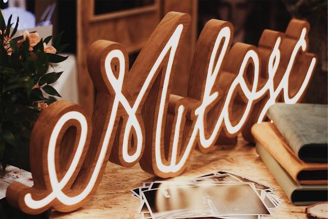 Napis miłość, neon, neonowy napis, dekoracja, ślubna dekoracja. Alternatywne Targi Ślubne Happy Together.