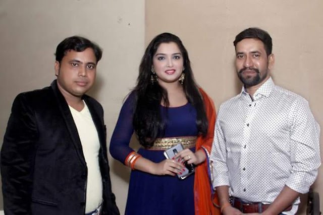 Dinesh Lal Yadav 'Nirahua' and Amrapali Dubey at the Patna Junction Bhojpuri Movie Muhurat