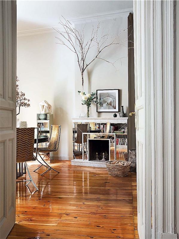 chimenea con frontal de espejo y mesa con sillas vintage chicanddeco