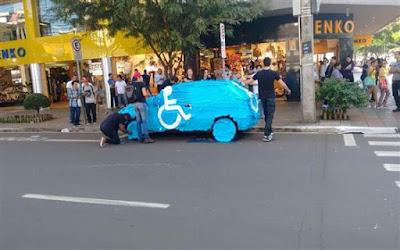 Motorista estaciona veículo em vaga de deficiente e tem carro todo envelopado