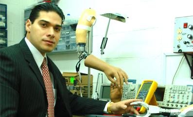 Joven mexicano crea brazo biónico de muy bajo costo y es ignorado por el gobierno