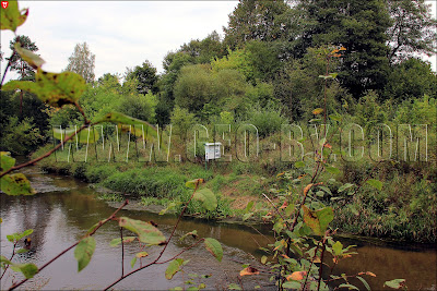 Стенд с описанием туристического маршрута на береге реки Ислочь
