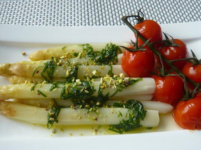 Białe szparagi w marynacie z czosnkiem niedźwiedzim i pomidorkami koktajlowymi - Czytaj więcej »