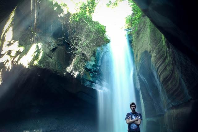 Maicon na frente da cascata