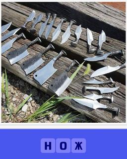на деревянной поверхности лежат несколько разных ножей
