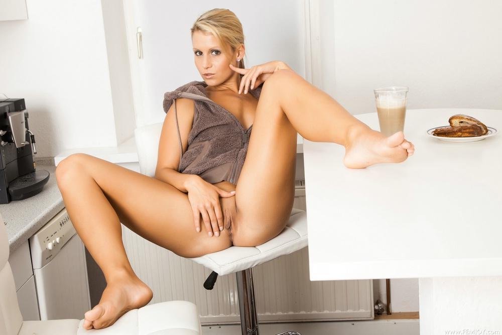 foto-na-kuhne-razdvinuv-nozhki-russkoe-porno-razgovori-o-sekse-vo-vremya-seksa