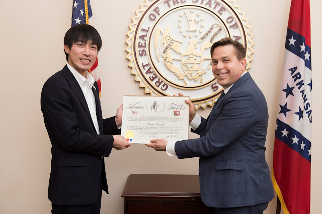 Koya Suzuki receiving award as Arkansas Traveller
