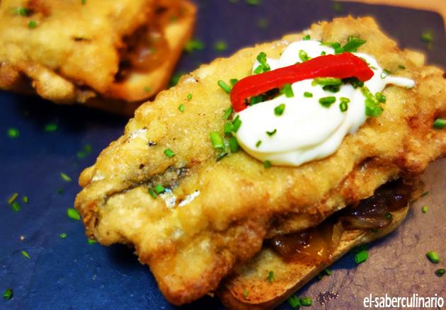 tosta de pimientos rellenos con cebolla caramelizada