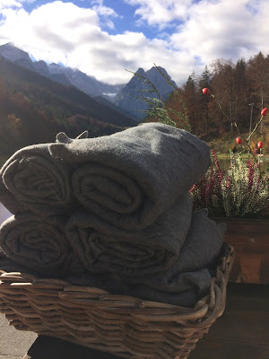 Fleecedecken, Romantische Herbsthochzeit in den Bergen von Garmisch-Partenkirchen, Vintage-Style, heiraten im Hochzeitshotel Riessersee Hotel; wedding destination abroad Bavaria, Fall mountain wedding