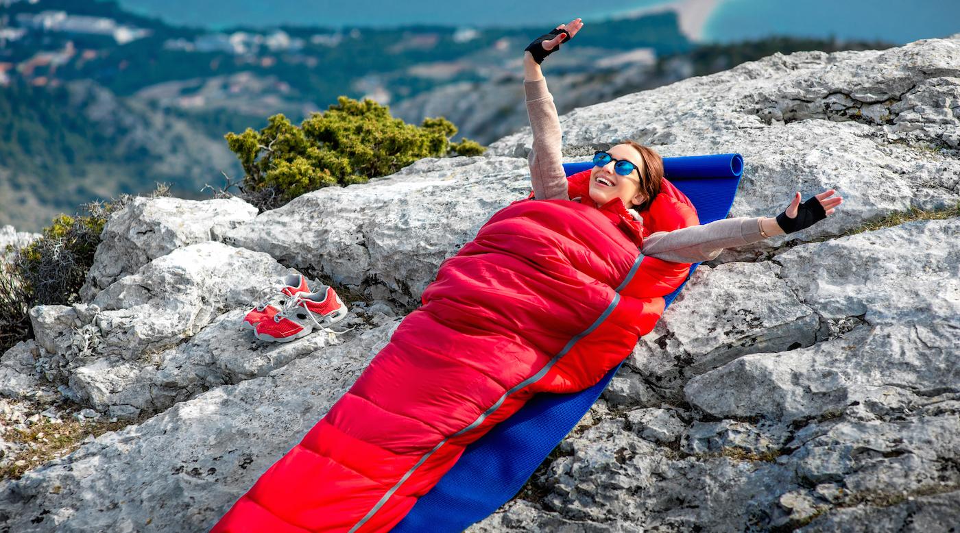 cewek cantik tidur di alam bebas