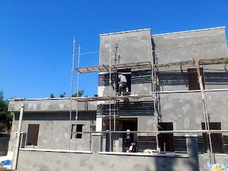 ביצוע פיגומים בחזית , ניצלתי את הפיגומים לביצוע בריקים בעמוד החזיתי בבית עד למעלה.