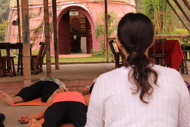 El yoga es un viaje al interior del ser, que puede practicar cualquier persona sin importar la edad o condición física. Es verdad que existen algunas límitaciones y condicionamientos que imposibilitan algunas posturas, pero no todas y casi siempre se pueden lograr con constancia en la practica.