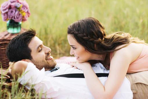 Novios felices tratando de mejorar la relación de pareja