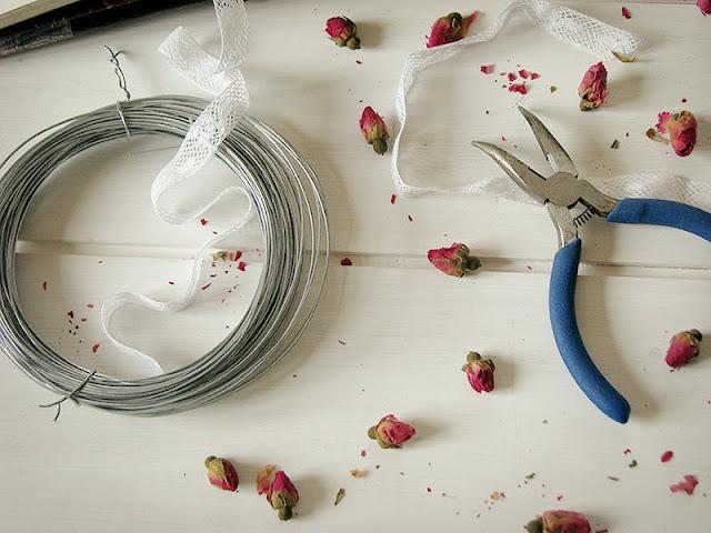 Tutoriel : Suspension en boutons de roses séchées.