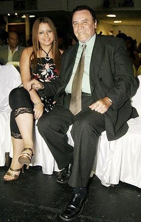 Foto de Augusto Polo Campos sentado con su hija Flor