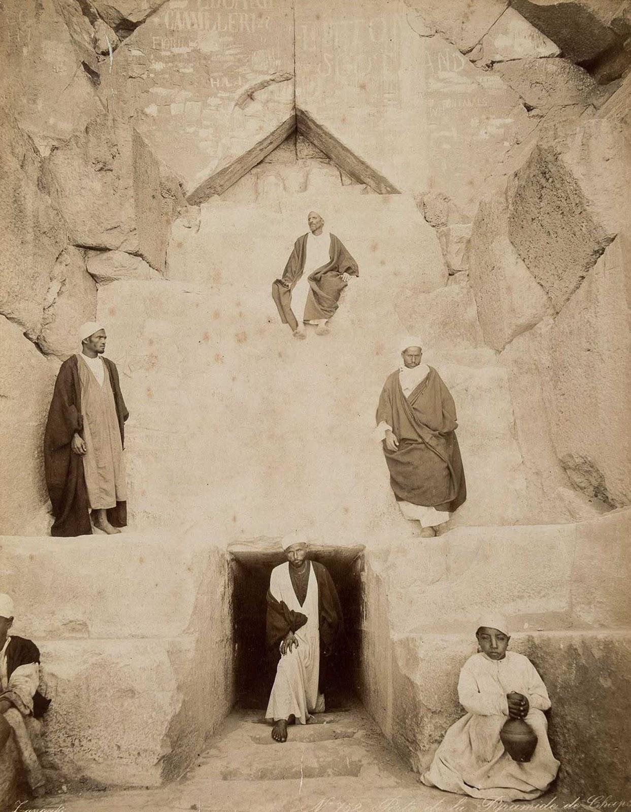 Hombres a la entrada de la Gran Pirámide de Giza.