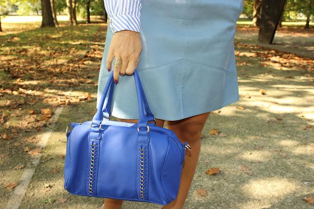 jupe simili cuir zara bleue, chemise à rayures