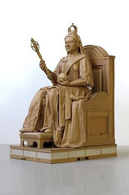 Escultura hecha con cartón reciclado.