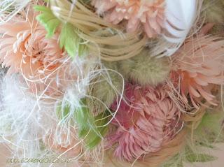 Топиарий из цветов гелихризума и перьев