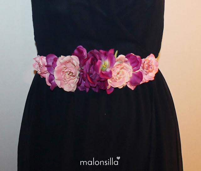 Vista de frente del cinturón de flores Ulia con vestido azul marino