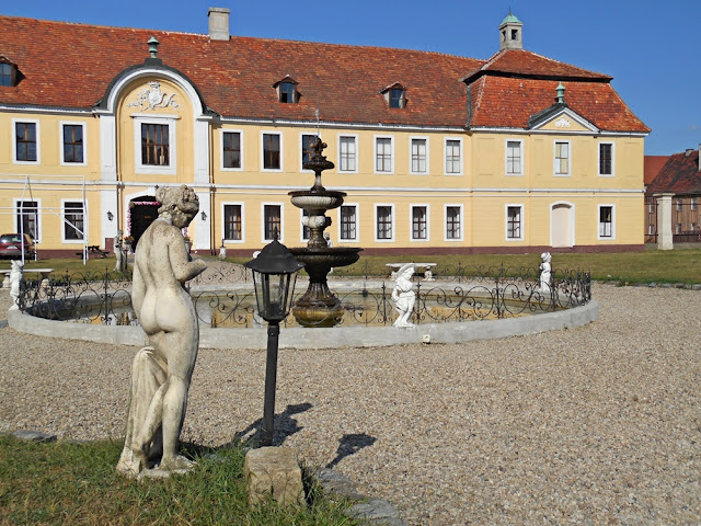 rzeźba kobiety, latarnia, pałac, zabytek