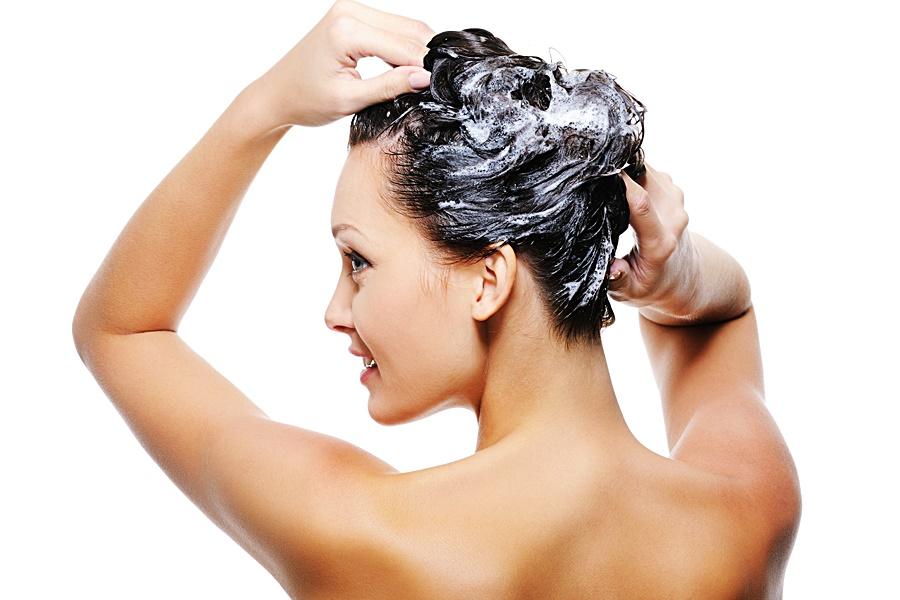 Os maiores erros ao lavar os cabelos.