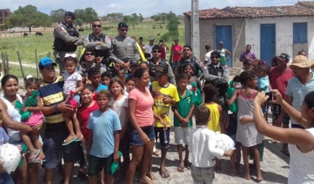 Militares do CISP do 7º BPM de Ouro Branco e São José da Tapera distribuem cestas básicas e brinquedos