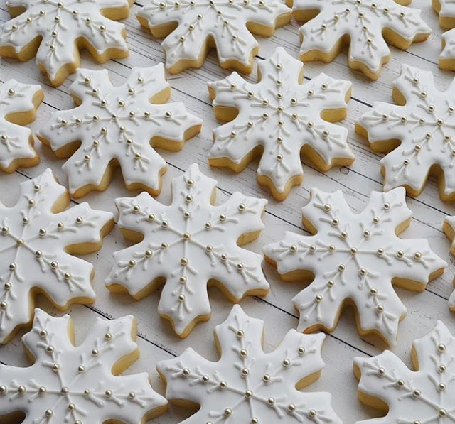 http://www.lush-fab-glam.com/2017/12/serving-up-pretty-snowflake-cookies.html
