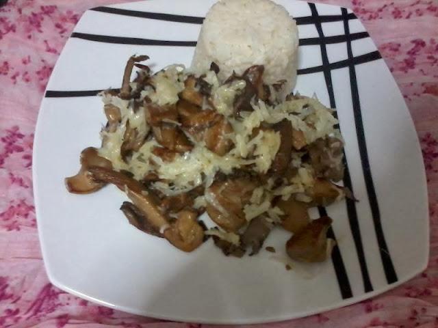 Receita de cogumelos hiratake na frigideira com vinho branco e queijo