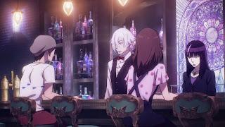 Screen z Death Parade: Decim i Kurokami no Onna rozmawiają z duszami graczy