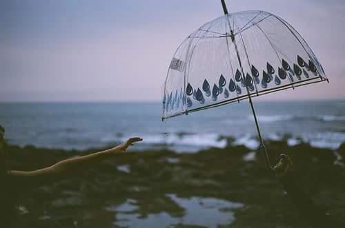 9f43bab87 بحرٌ هائجٌ وغاضب, سماءٌ ترعدُ ومطرٌ ينهمر, واقف امام الامواج بكل اباء,  ينظرُ اليه متحديا قوته والبحر ينازله برذاذ قطرات مخبرا اياه انه لن يرحمه.
