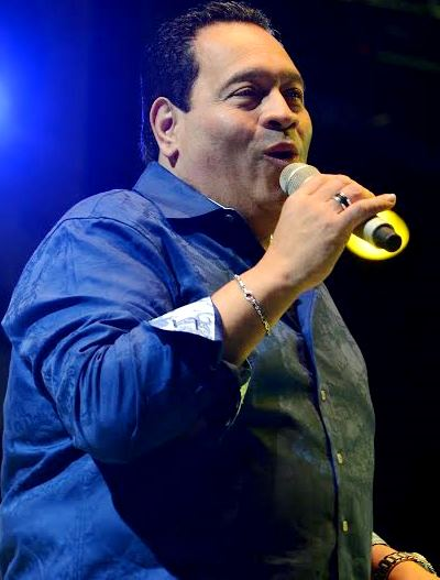 Foto de Tito Nieves cantando en concierto