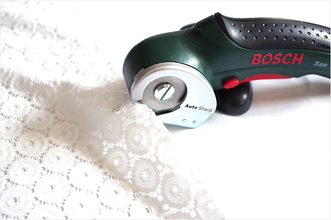 Cortadora circular cortando tejido