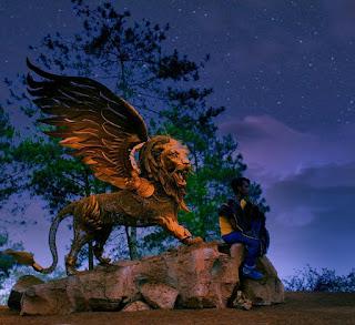 Spot Foto Patung Singa Bersayap Taman Langit Gunung Banyak